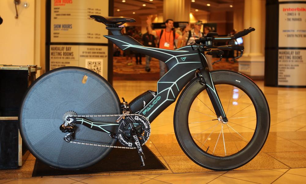 Ein Karbon-gewordener Tarum - das Falco V TT und Triathlon Bike (Bild: © Falco)