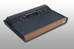 Der Klassiker - Atari 2600, hier in der 4-Knopf-Version mit Holzdekor
