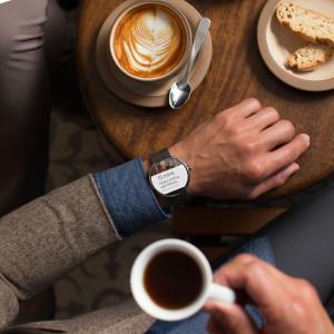 Im Cafe mit seiner Uhr sprechen? Ich weiß nicht...(Bild: © Motorola Mobility LLC)