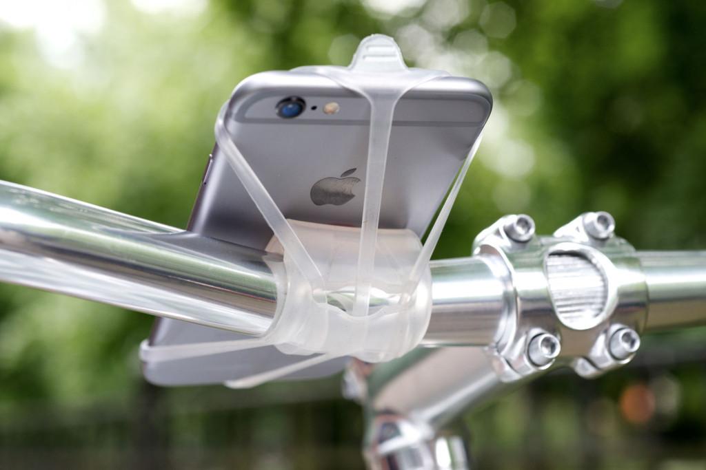 Flott angebracht  - Finn Samrtphone Halter (Bild: © BikeCityGuide Apps GmbH)