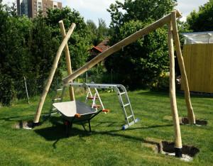 Um den Querbalken aufzusetzen macht man es sich einfacher, wenn man diesen mit einer Leiter auf einer Seite aufbockt (Bild: © O. Thiele)