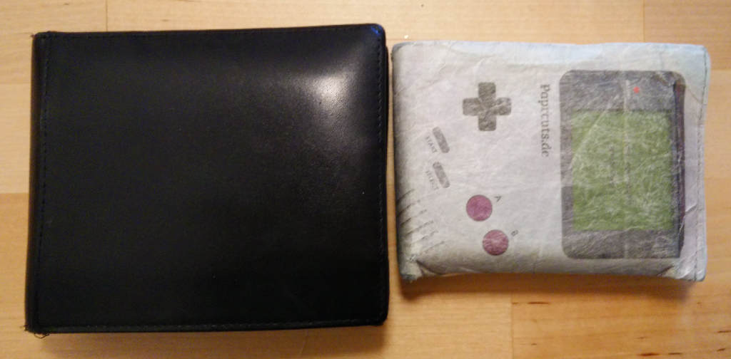 Klein, leicht und haltbar - das Big Cut Portemonnaie im Gameboy-Design von Paprcut (Bild: O. Thiele)