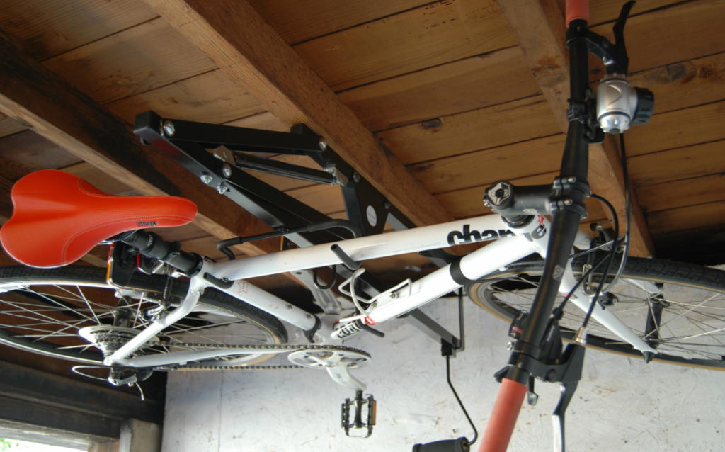 Das Rad mal richtig unter die Decke gehängt - Hide-a-Ride (Bild: © BCD Engineering LLC / hide-a-ride)