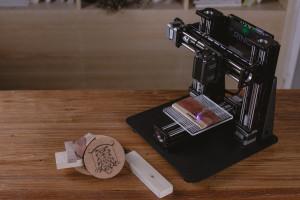 Nicht nur ein 3D-Drucker. Auch eine Laser-Gravier-Einheit wird angeboten (Bild: © 2016 Kodama, Inc. )