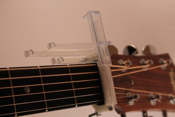 Bei jedem Akkord-Wechsel müssen die Plastik-Streben gewechselt werden (Bild: kickstarter/getguitarnow.com)