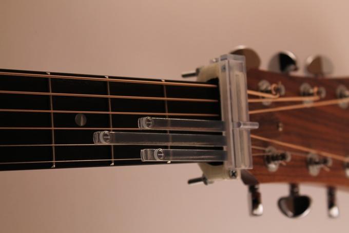 Einfach die Plastik-Streben von Guitar Now runterdrücken und schon klingt der Akkord. Ob es dem Anfänger wirklich etwas bringt dürfte allerdings die Frage sein. (Bild: kickstarter/getguitarnow.com)